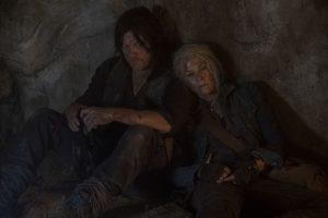 Darryl junto a Carol en una cueva