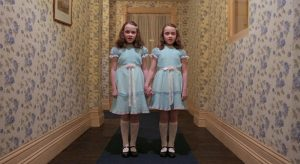 Fotograma de la escena de las gemelas en el pasillo