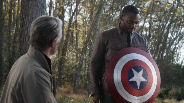 Sam Wilson con el escudo del Capitán América