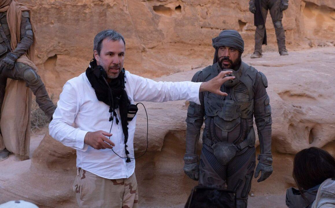 Denis Villeneuve junto a Carlos Bardem rodando la película Dune (2021)
